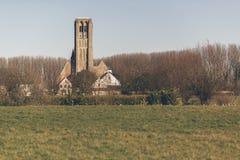Damme-Kirchen-Kirchturm und ländliche Stadt mit Feld Lizenzfreie Stockfotos