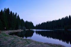 Dammet namngav Flossteich nära Neue bårdby i tyska malmberg under blå timme i vår Arkivbilder