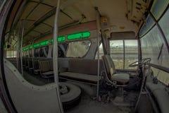 Dammig övergiven buss fotografering för bildbyråer