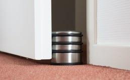 Dammig dörrstopp i ett modernt hus Fotografering för Bildbyråer
