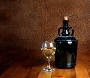 Dammig gammal flaska och exponeringsglas royaltyfria bilder