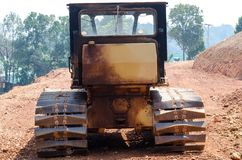 Dammig stor bulldozer Arkivbild