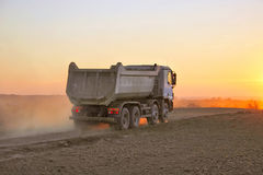 dammig tung solnedgånglastbil arkivfoto