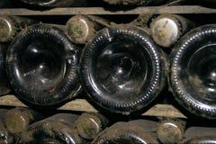 Dammiga flaskor i ett kabinett Arkivbild