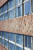 dammiga väggfönster för tegelsten Fotografering för Bildbyråer