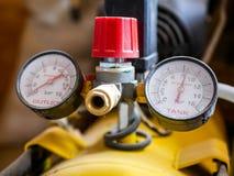 Dammigt kompressormanometerslut upp skott royaltyfri foto