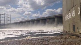 Dammlucka av Volga den hydroelektriska stationen Zhigulevskoe behållare arkivfilmer