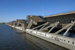 Dammluckor av fördämningen Haringvlietdam, ett deltaarbete Arkivfoto