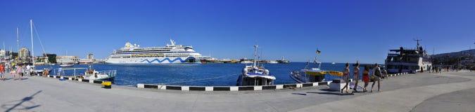 Dammpanorama Krim Jalta des Schwarzen Meers im Sommer von Schiffen im Wasser des Anblicks der Reise Lizenzfreie Stockbilder