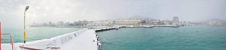 Dammpanorama Krim Jalta des Schwarzen Meers im Winter schneit Besichtigungsreise um die Halbinsel Stockfotografie