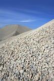 Dammsteinbruchablage des Kieses blauer Himmel der grauen Stockbild