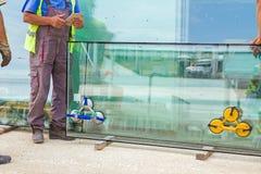 Dammsuga avgiften som fästas till det dubbla thermo exponeringsglaset arkivbilder