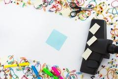 Dammsugare och copyspace för textmeddelande Kontor som gör ren c royaltyfria bilder