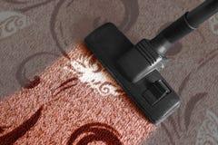 Dammsugen matta Smutsig matta blir rengöringen closeup arkivfoton