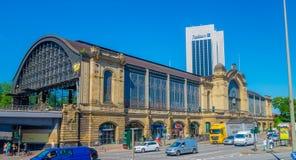 汉堡,德国- 2015年6月08日:著名和老建筑学Dammtor火车站在一个晴天 库存图片