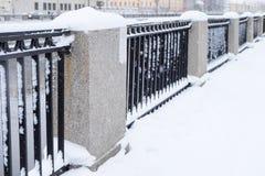 Dammzaun im Schnee Stockfotos
