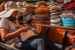 damnoen flottörhus marknadssaduak thailand arkivbilder