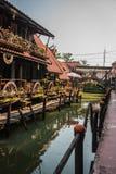 damnoen flottörhus marknadssaduak thailand arkivbild