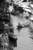Damnoen Saduak浮动市场在早晨有卖主出售地方果子、食物、饮料和纪念品的明轮船在运河 免版税库存图片