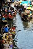 Damnoen Saduak浮动市场在早晨有卖主出售地方果子、食物、饮料和纪念品的明轮船在运河 库存照片