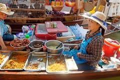 Damnoen Saduak sich hin- und herbewegender Markt stockfotos
