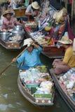 Damnoen Saduak som svävar marknaden Arkivbilder
