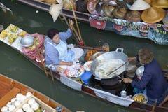 Damnoen Saduak som svävar marknaden Royaltyfria Bilder