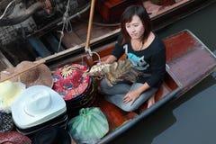 Damnoen Saduak som svävar marknaden i Thailand Royaltyfria Foton