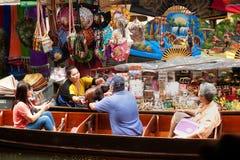 Damnuan Saduak som svävar marknaden i mitt av Thailand. Arkivbild
