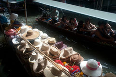 Damnuan Saduak spławowy rynek w środku Tajlandia. Fotografia Royalty Free