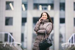 37 damo przedsiębiorstw Piękna caucasian brunetki kobieta używa technologia telefonu komórkowego menchie przeciw tłu plastikowa f zdjęcia stock