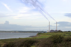 Dampen golvend van de stapels van de elektrische centraleschoorsteen stock afbeelding