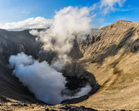 Dampen het komen uit zet Bromo, Indonesië op stock afbeeldingen