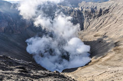 Dampen het komen uit zet Bromo, Indonesië op royalty-vrije stock fotografie