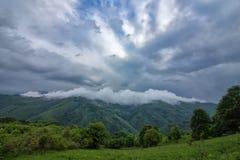 Dampf über dem Berg lizenzfreie stockfotografie