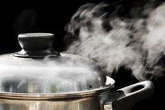 Dampf über dem Kochen des Topfes Stockfotografie
