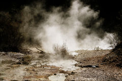 Dampf, der vom Boden coing ist Stockbilder