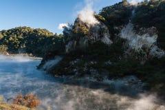 Dampf, der vom Braten von Pan Lake in Rotorua anhebt stockbild