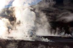 Dampf, der vom Geysirfeld, Chile steigt lizenzfreies stockbild