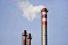 Dampf, der von einem Fabrikschornstein herauskommt Lizenzfreies Stockbild