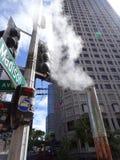 Dampf fließt aus Rohr auf Madison-Straße heraus in im Stadtzentrum gelegenes Seattle Stockbild