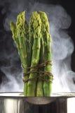 Dampf gekochter Spargel in einer Wanne Lizenzfreies Stockbild
