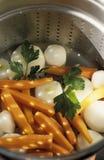 Dampf-Kochen der Karotten und der Rüben Lizenzfreie Stockfotos