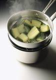 Dampf-Kochen der Zucchini Stockbild