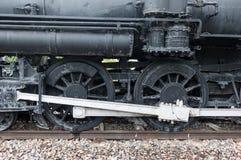 Dampf-Maschinen-Zug-Räder auf den Bahnen nah oben lizenzfreie stockfotos