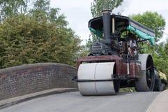 Dampf-Rolle über einer Brücke Lizenzfreie Stockfotos