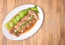 Dampf-Schweinefleischseitenriss und Bok Choy, Pak Choi Cabbage auf hölzernem backg Lizenzfreies Stockbild