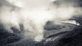 Dampf steigt von den geothermischen Entlüftungen in Island lizenzfreie stockfotografie