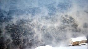 Dampf und Schnee stürmt auf der normalen Geschwindigkeit des Sees, keine Farbkorrektur stock video footage