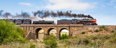 Dampf-Zug, der über alte Blaukugel-Brücke, Sunbury, Victoria, Australien, im Oktober 2018 reist lizenzfreie stockbilder